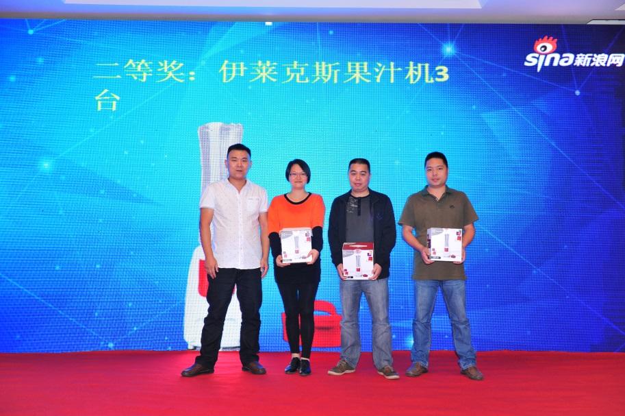 厦门龙商销售总监熊晔为幸运观众颁奖